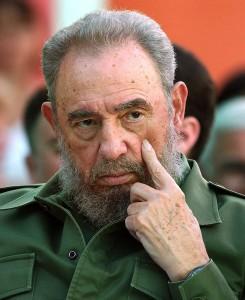 """HAB07 - LA HABANA (CUBA), 26/12/06.- Foto de archivo (05/12/03) del líder cubano Fidel Castro. El cirujano español José Luis García Sabrido, que viajó el jueves pasado a Cuba para evaluar la salud de Castro, afirmó hoy, martes 26 de diciembre, que este no padece cáncer ni una """"enfermedad maligna"""" y que se está recuperando. García Sabrido dijo que la actividad intelectual de Castro es excelente y que está recuperándose de los problemas postoperatorios que tuvo en la anterior intervención, que calificó como """"grave"""". EFE/ARCHIVO/Alejandro Ernesto"""