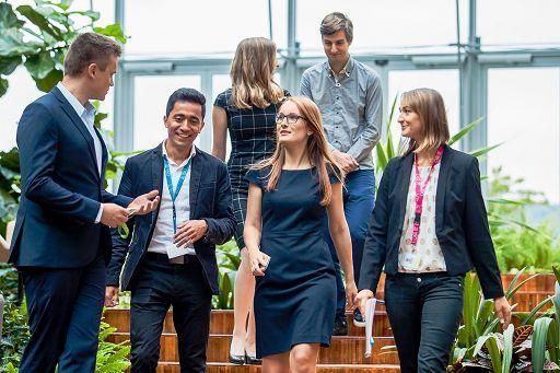 """Milano, 26 gen. (askanews) - Non superano i 25 anni di età i finalisti del Lean startup program di Nestlé, il programma promosso con il pre-acceleratore di startup Peekaboo, proprio per sostenere l'imprenditoria giovanile in questo momento difficile. Ad essere premiati tre team, uno per ciascuna delle aree di sviluppo ritenute centrali dalla multinazionale: personalizzazione dei prodotti, educazione alimentare e innovazione del processo di recruiting. A ciascuno verranno premiato con 10mila euro da investire nella propria startup o idea innovativa.  Nel dettaglio, nel primo ambito, il riconoscimento è andato al team Astra, composto dai 18enni Emanuele Sacco, Pietro Cappellini, Luigi Masini e dal 17enne Ludovico Fiorella, quattro ragazzi giovanissimi che si sono conosciuti alle scuole superiori e partecipano regolarmente a Hackathon e percorsi di innovazione. Nel comparto """"bambini e sana alimentazione"""", al team Ally, composto dai 25enni Giulia Diletta Necci e Matteo Calvaresi: Giulia è una nutrizionista con una laurea ottenuta al Campus Biomedico di Roma e attualmente collabora come responsabile scientifica di una startup di integratori, mentre Matteo è un programmatore con la passione per l'innovazione e la tecnologia. Infine, nell'ambito ricerca e selezione di talenti, al team Steps, composto dai 25enni Matteo Trovò, Anton Morale, Nicolò Caruzzo, che hanno già dato vita un anno fa a una startup di employer branding per permettere alle aziende di creare vivai di giovani talenti.  Il programma, avviato a metà settembre, si è svolto lungo un percorso di oltre tre mesi in cui i giovani imprenditori hanno acquisito gli strumenti e le competenze per lavorare in chiave digitale e tecnologica. Quindici i progetti innovativi presentati nella fase finale del programma. In totale nel progetto sono stati coinvolti 52 ragazzi, 6 mentor di Nestlé, 8 mentor di Peekaboo e sono state erogate oltre 70 ore di formazione."""